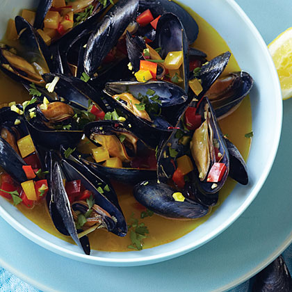 Steamed mussels scented and colored with saffrons